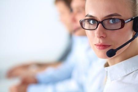 Hotline-Mitarbeiter beraten die Kunden des Unternehmens