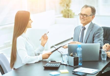 Personalabteilung und Fachbereich diskutieren nach dem Bewerbungsgespräch über Bewerber -wer entscheidet?