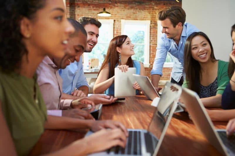 Teamwork Zusammenarbeit und Diversity - der vernetzte Personaler in der neuen Rolle des Recruiters profitiert davon